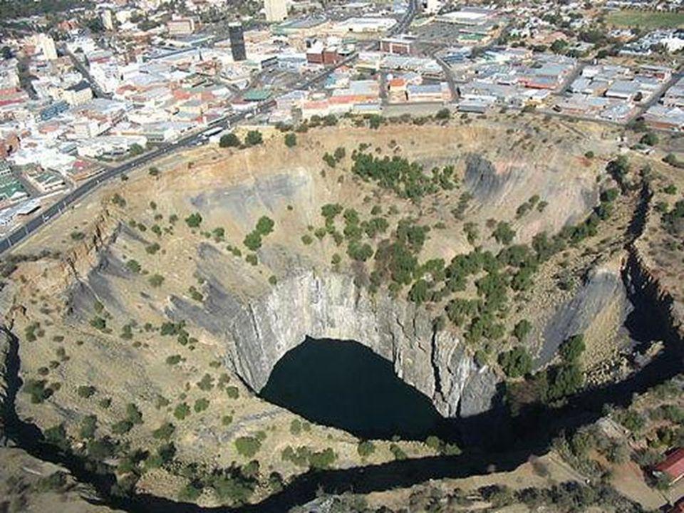 Kimberley - i Nagy Lyuk Dél Afrika A világ legnagyobb kézzel ásott ürege 1097 méter mély 3 tonna gyémántot termeltek ki belőle az 1914 – es bezárása e
