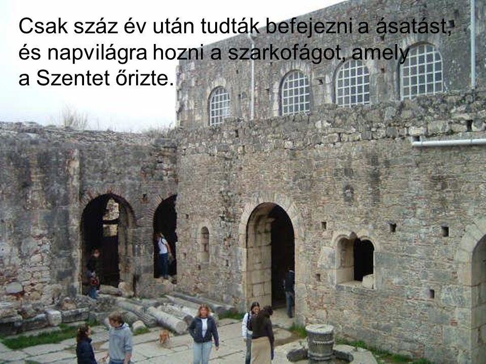 Csak száz év után tudták befejezni a ásatást, és napvilágra hozni a szarkofágot, amely a Szentet őrizte.