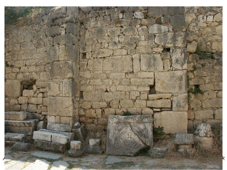 A templom oldal kápolnájában található Szent Miklós sírhelye, amely 1956-ban ásatások során került elő
