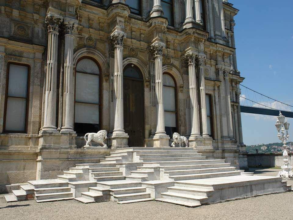 Abdülaziz szultán 1865.-ben Serkis Balyan Kalfa építésszel emeltette ezt a ro- kokó díszes márványépületet, II. Mahmud korábban leégett palotája helyé