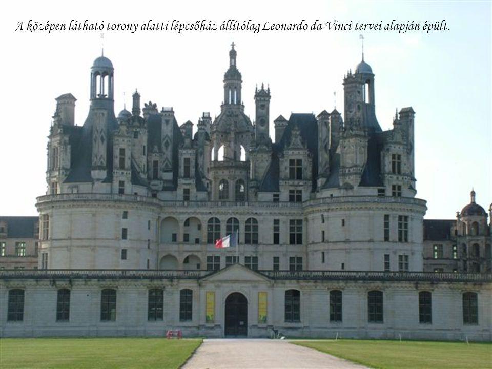 A középen látható torony alatti lépcsőház állítólag Leonardo da Vinci tervei alapján épült.