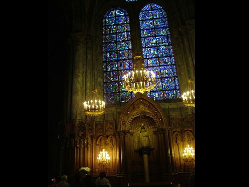 …teste pedig az Amboise-i kastély toronykápolnájában nyugszik.