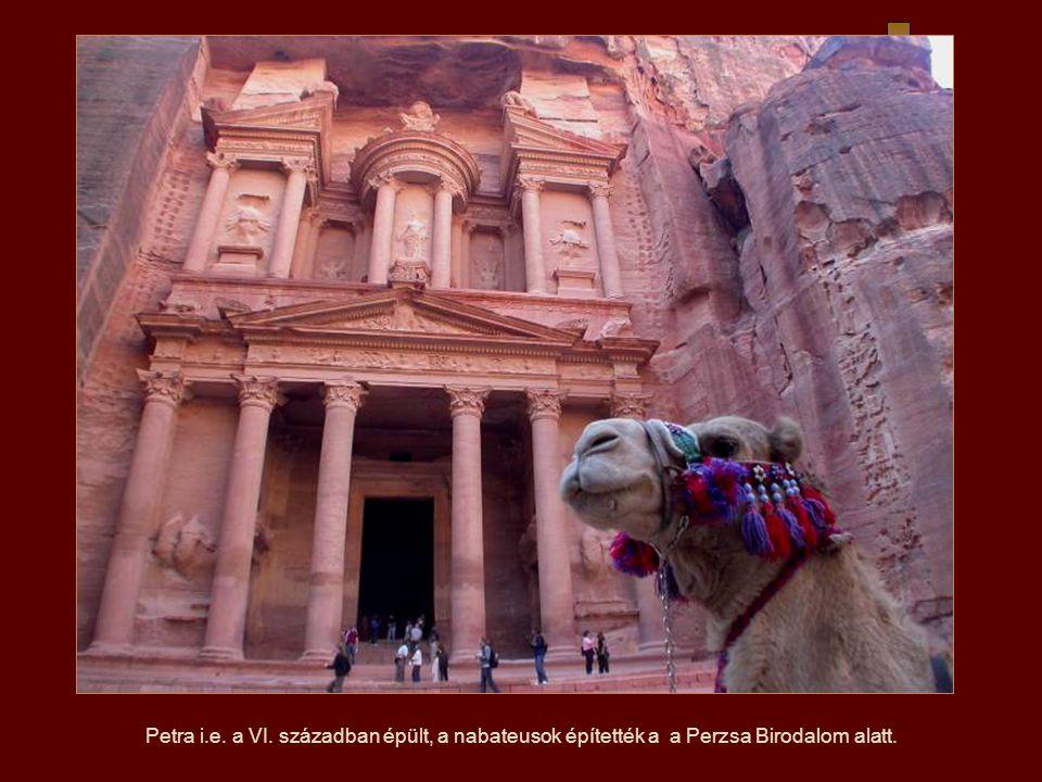 A petrai Palota egy templom, teljes mértékben faragott a létező homokkőbe, görög stílusban.