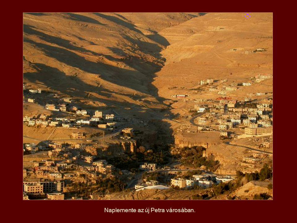 A Nap helyzetétől függően a hegyek színei változóak.