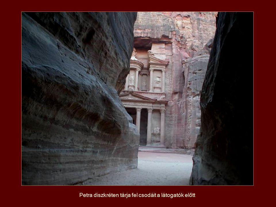 Petra diszkréten tárja fel csodáit a látogatók előtt