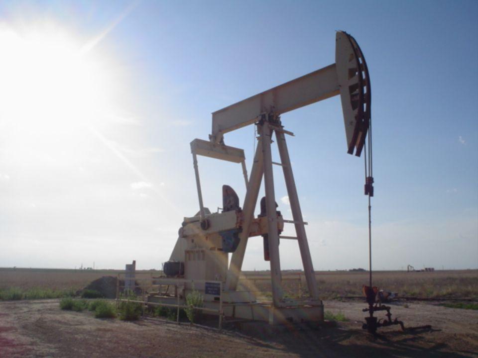 Petróleum = világítóolaj 10 – 11 szénatomszámú szénhidrogének keveréke Sárgás színű, kormozó lánggal ég Traktorok üzemanyaga Tisztított formája: KEROZIN