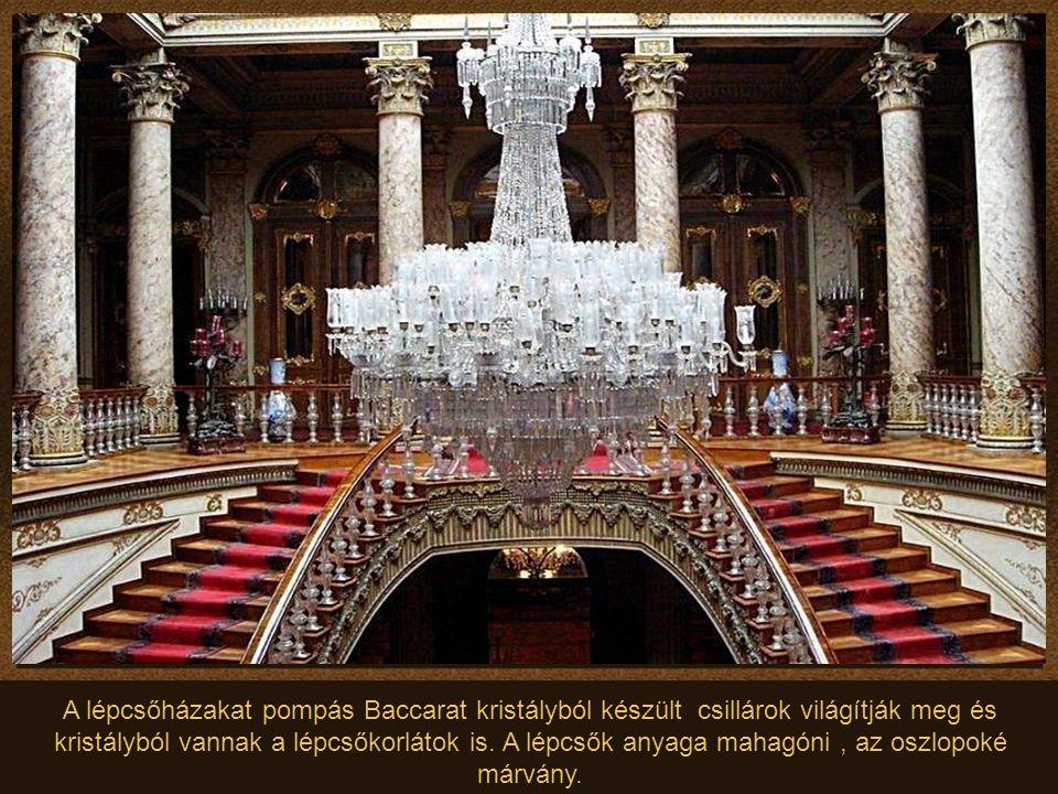A lépcsőházakat pompás Baccarat kristályból készült csillárok világítják meg és kristályból vannak a lépcsőkorlátok is.