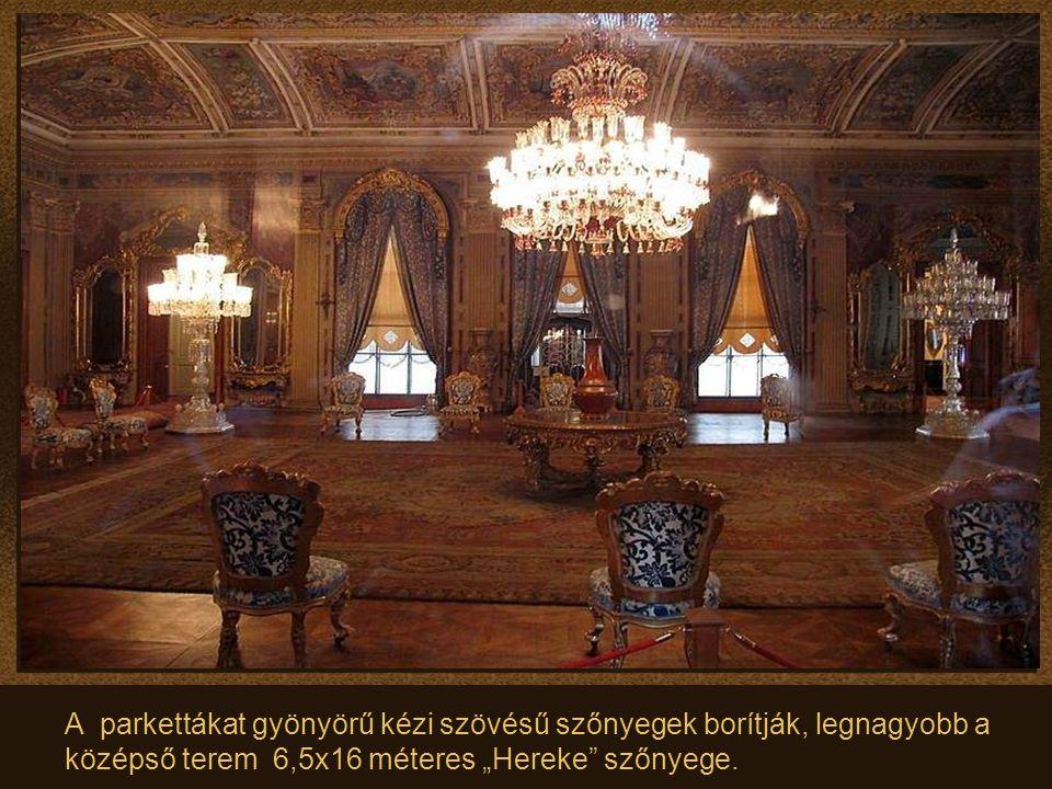 """A parkettákat gyönyörű kézi szövésű szőnyegek borítják, legnagyobb a középső terem 6,5x16 méteres """"Hereke szőnyege."""