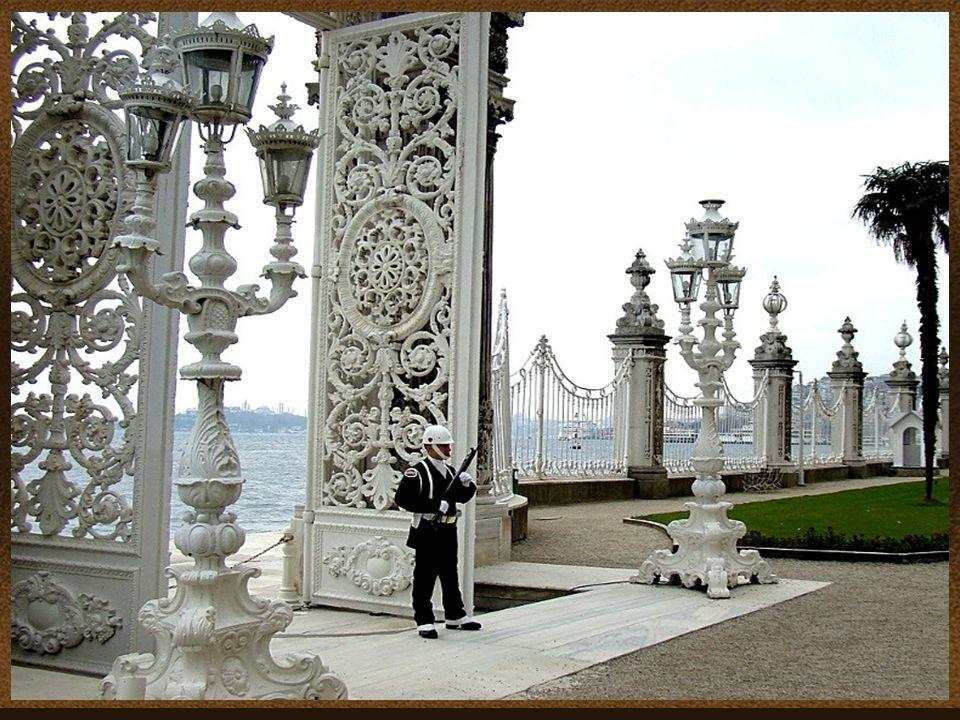 A Dolmabache szultáni palota Törökországban, Istambulban a Boszporusz szoros partján egy nagy parkban helyezkedik el. A híres szultáni palotát 1853- b