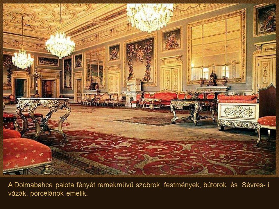A Dolmabahce palota fényét remekművű szobrok, festmények, bútorok és Sévres- i vázák, porcelánok emelik.