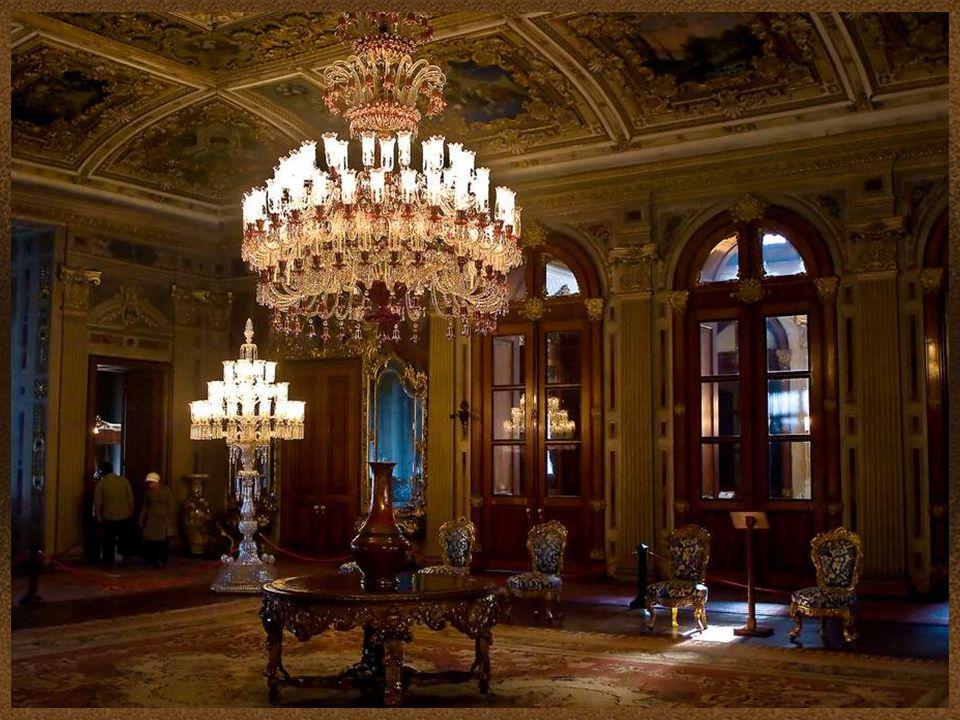 A palota minden termében különleges csillárok, kandeláberek, díszes állólámpák láthatók, főleg Bohémia és Baccarat kollekciók.