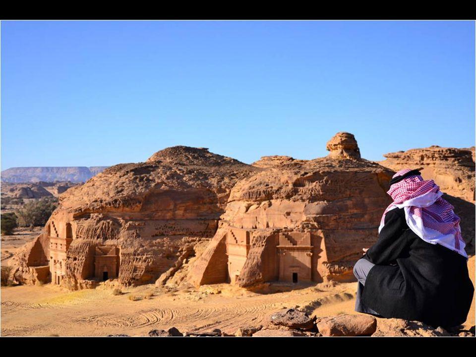 """A sivatagban jól """"befészkelt városban gigantikus sziklákból lettek kifaragva a paloták, templomok és sírok, nem egy építmény a 16 méteres magasságot is elérte."""