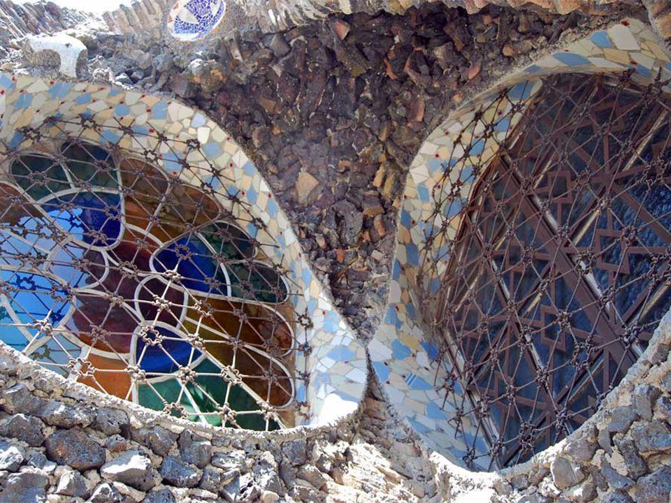 Gaudi, a katalán modernizmus stílusában alkotta meg a - környezetébe szinte beleolvadó - építményt A kriptaként ismert épület valójában a munkáskolónia temploma Kísérleti jellegű műnek mondható, melyen Gaudi, sok később bevált építészeti megoldást, először próbált ki A Templom felépült részei a bejárati portál, a kripta, a feljáró lépcső és a harangtorony alapjai