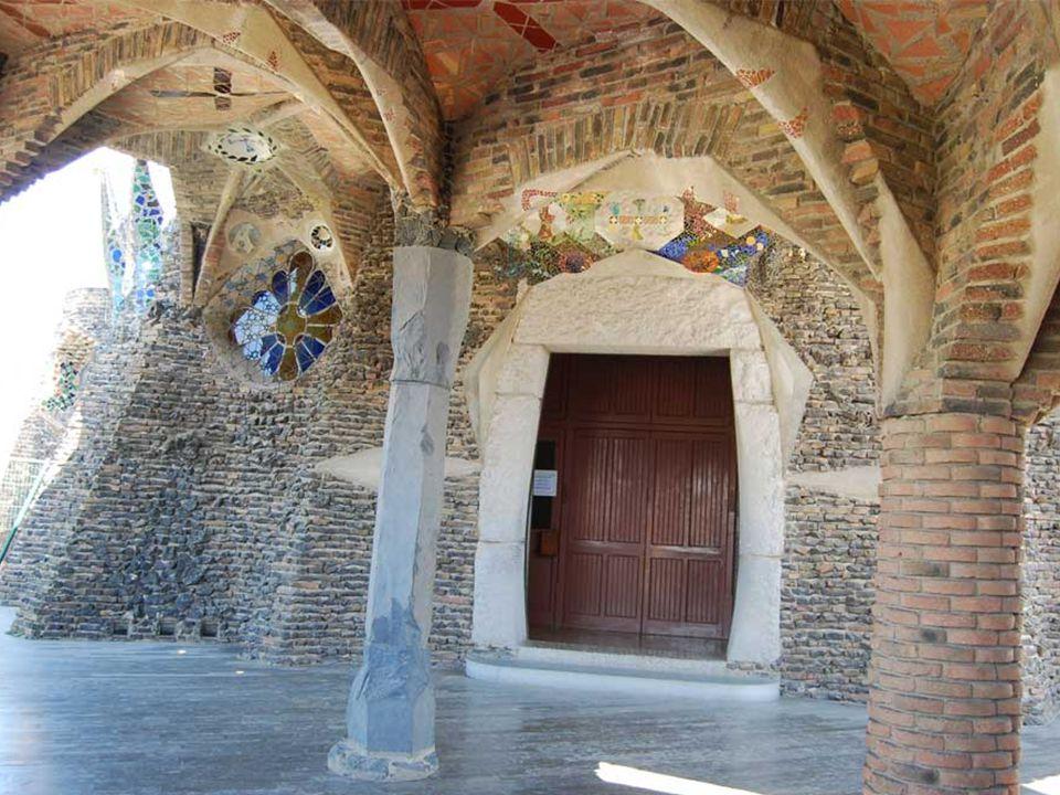 Gaudi kápolnája Barcelona közelében, Santa Coloma de Cervelló kisvárosban található Eusebi Güell gróf, a textilgyára köré munkáskolónia építésére, modernista építészeket bízott meg A különböző közösségi intézmények mellett kápolnát is kívánt építtetni A kápolna építésével Gaudi-t bízta meg…..