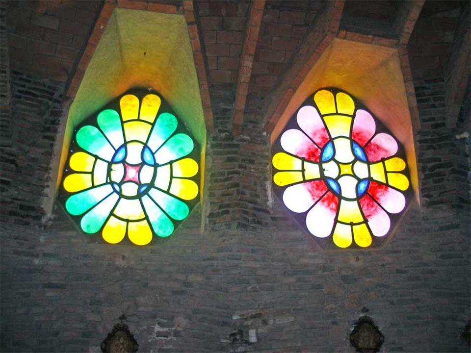 Una de las principales innovaciones de la iglesia es la introducción, por primera vez en la historia de la arquitectura, de las superficies con forma de paraboloide hiperbólico, utilizadas tanto en los muros como en las bóvedas que unen los arcos del porche.