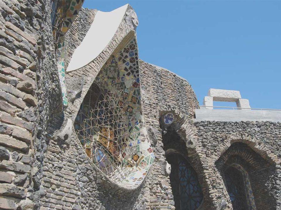 De la misma manera, los ladrillos y los residuos de fundición de los muros exteriores no sólo cumplen una función constructiva sino que, gracias a su textura tosca y a su color terroso, también integran la iglesia con el medio natural que la rodea.