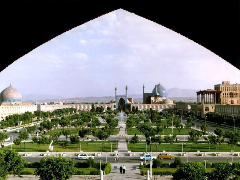 ISFAHÁN Mintegy 340 km-re délre Teherántól található Iszfahán tartomány Irán harmadik legnagyobb városa. ( Teherán és Mashhad után ). Iszfahán lakossá