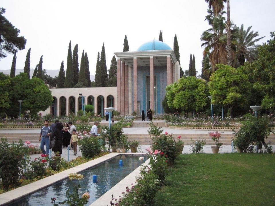 SHIRAZ Shiraz délnyugatra található Iránban, tartományi fővárosa Fars. 1486 m tengerszint feletti magasságban, a Zagrosz-hegység lábánál található, ah