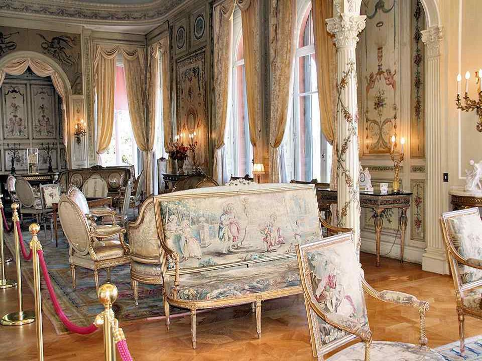 Ez a nagyon szép ajtó a XV. és XVI. Lajos szalonokba, Béatrice Ephrussi asszony öltözöszobájába és porcelánszalonjába nyílik. A Sèvres-i és Vincennes-