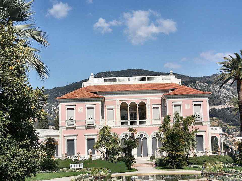 """Az """" Ephrussi de Rothschild villa , melyet """"Ile-de - France villának is neveznek, egyike a Côte d Azur reneszánsz stílusban épített legszebb villáinak."""