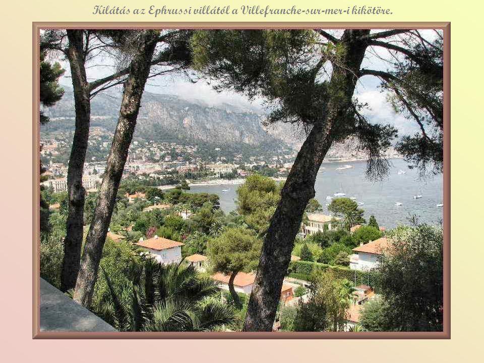 Kilátás az Ephrussi villától a Villefranche-sur-mer-i kikötöre.