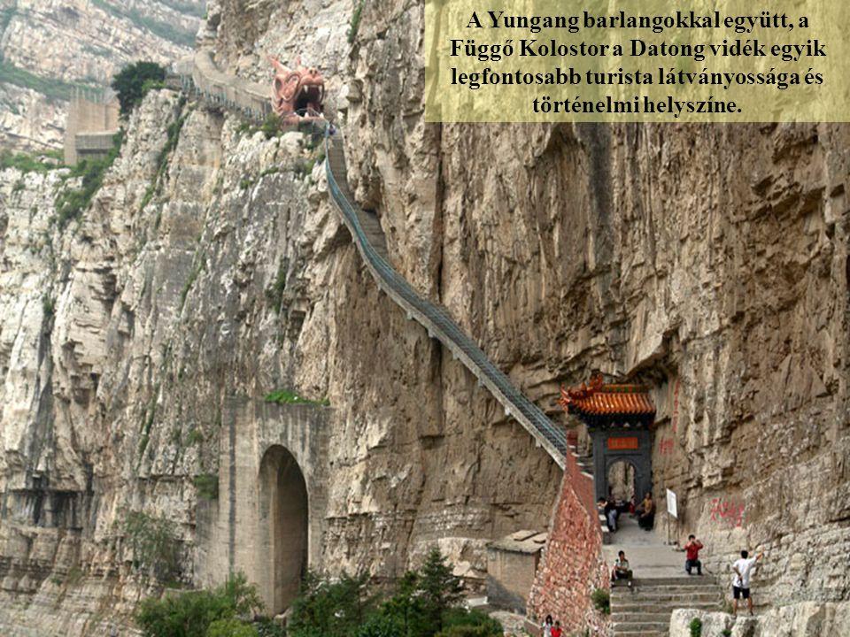 Termei és pavilonjai a szikla felszíne mentén épültek, kihasználva a természetes bemélyedéseket és kiszögelléseket.