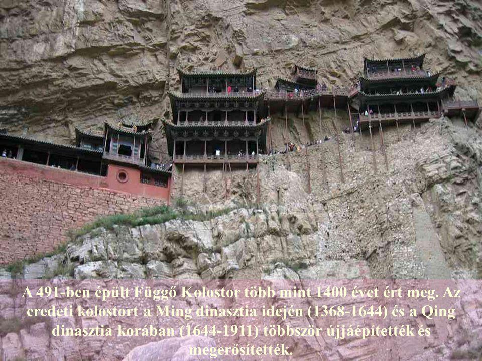 Ez a több mint 1400 éve épült együttes egyedülálló, nem csak elhelyezése folytán, hanem mert buddhista, taoista és konfuciánus elemeket is hordoz.