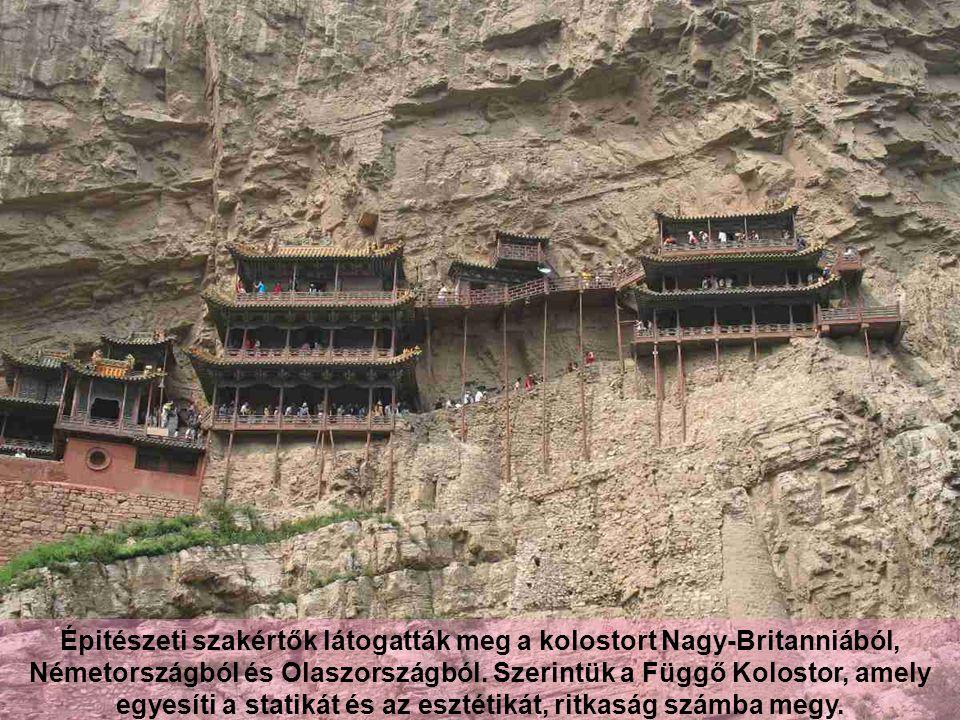 A keresztgerendákat félig besüllyesztették a sziklába és ezek tartják fenn az épületeket.