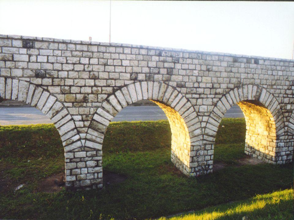 - Már Aquincumot is vezeték látta el vízzel - 1000 pilléren nyugvó, 5 méter magas boltívrendszer - Pannónia provincia egyetlen magas vezetésű vízvezetéke volt