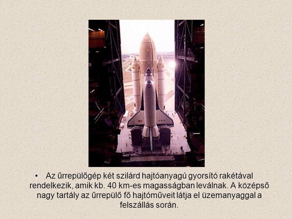 Az űrrepülőgép két szilárd hajtóanyagú gyorsító rakétával rendelkezik, amik kb. 40 km-es magasságban leválnak. A középső nagy tartály az űrrepülő fő h
