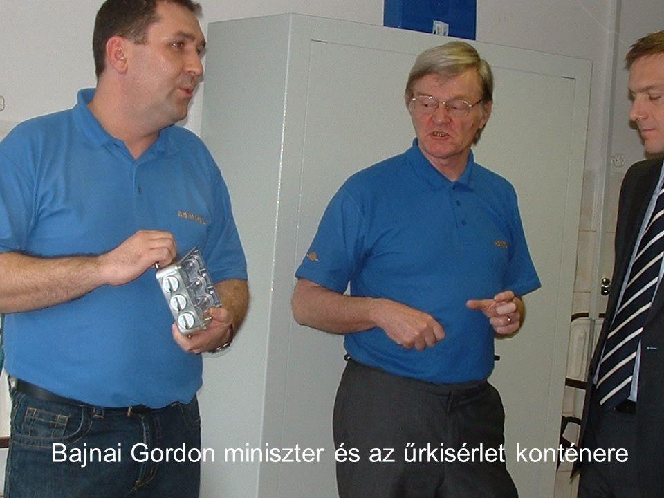 Bajnai Gordon miniszter és az űrkisérlet konténere