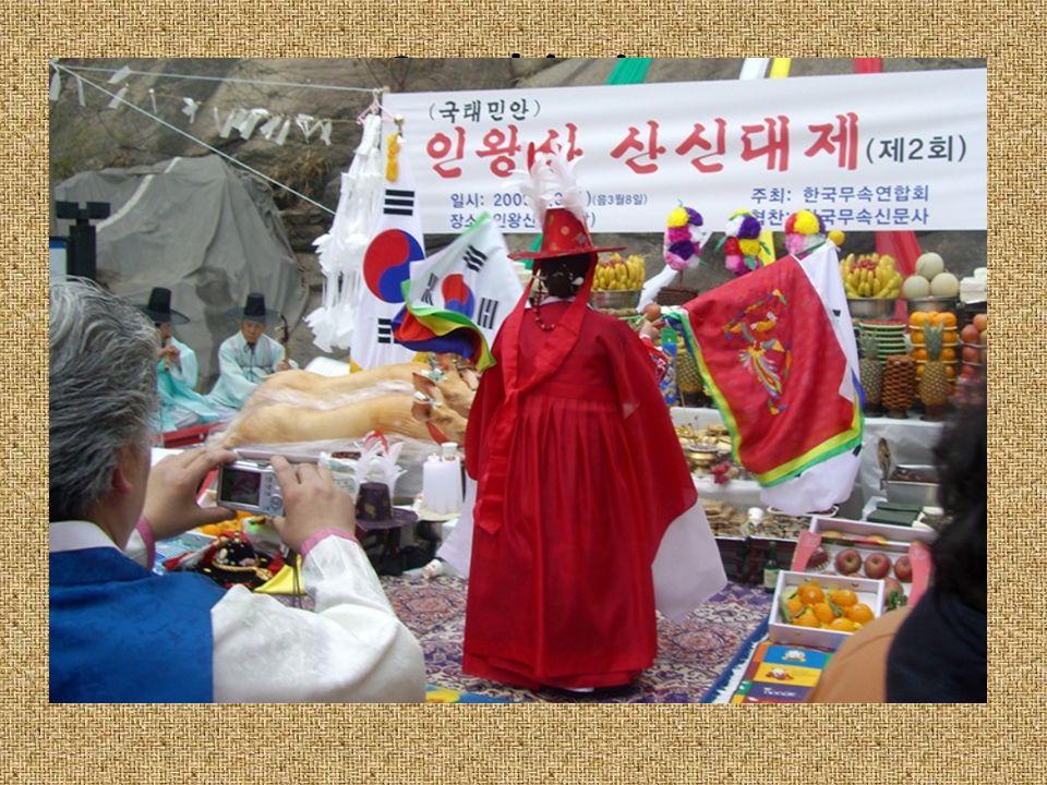 Sanshin-je 산신제 = szertartás Áldozat=bérleti díj a templom helyéért Oltáron: 2 gyertya, füstölő, egy tálka tiszta víz, stb.