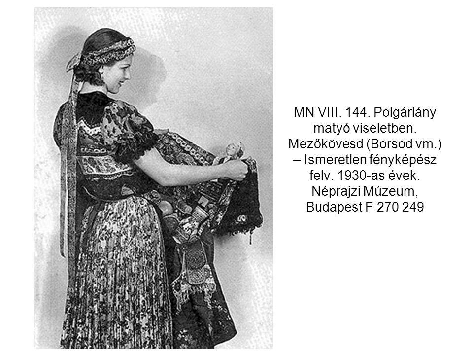 MN VIII. 144. Polgárlány matyó viseletben. Mezőkövesd (Borsod vm.) – Ismeretlen fényképész felv. 1930-as évek. Néprajzi Múzeum, Budapest F 270 249