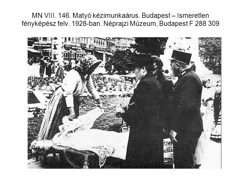 MN VIII. 146. Matyó kézimunkaárus. Budapest – Ismeretlen fényképész felv. 1928-ban. Néprajzi Múzeum, Budapest F 288 309