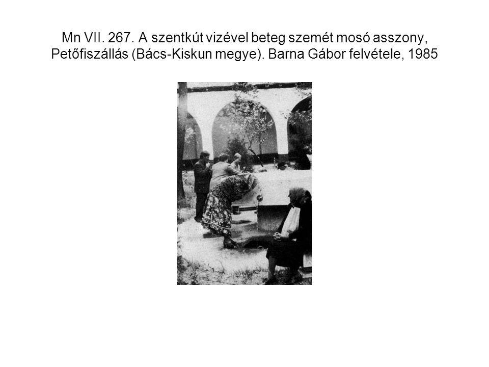 Mn VII. 267. A szentkút vizével beteg szemét mosó asszony, Petőfiszállás (Bács-Kiskun megye). Barna Gábor felvétele, 1985