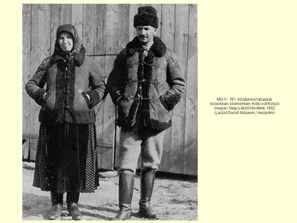 MN IV.161. Középkorú házaspár kozsokban, ködmönben.