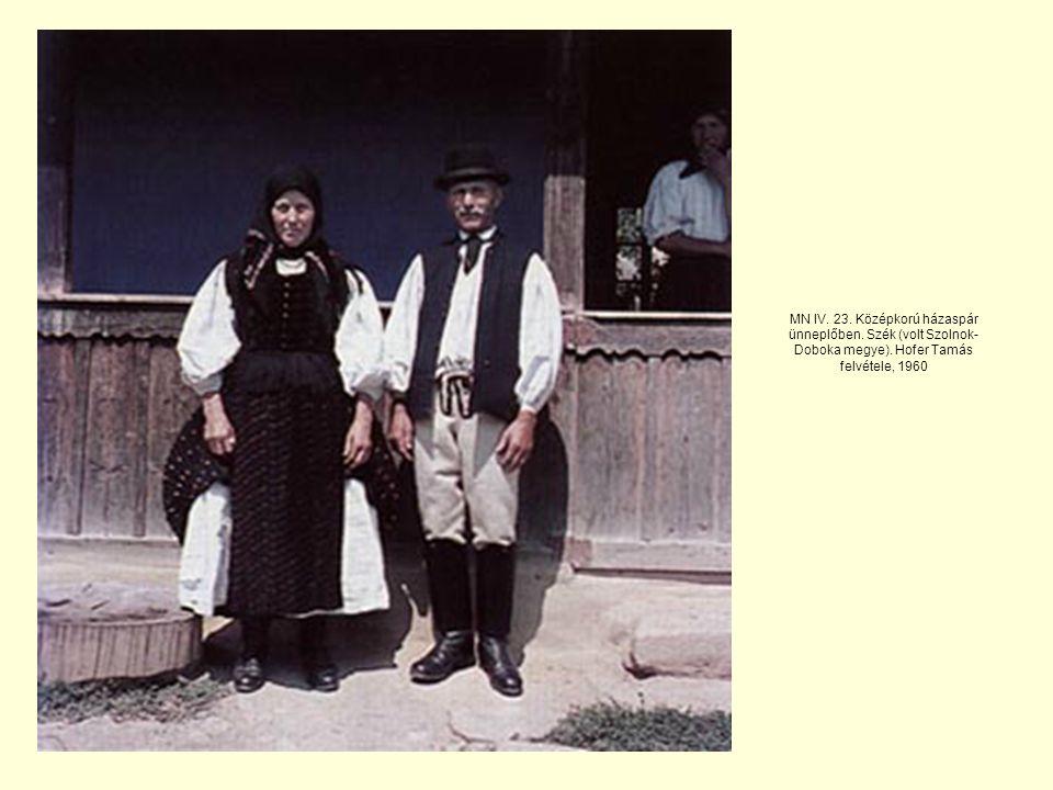 MN IV.23. Középkorú házaspár ünneplőben. Szék (volt Szolnok- Doboka megye).