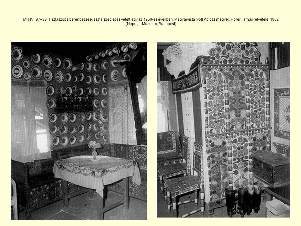MN IV.87–88. Tisztaszoba berendezése, asztalszeglet és vetett ágy az 1950-es években.