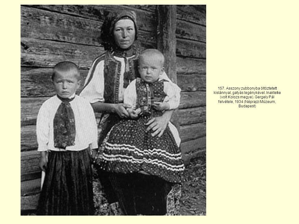 157.Asszony zubbonyba öltöztetett kislánnyal, gatyás legénykével.
