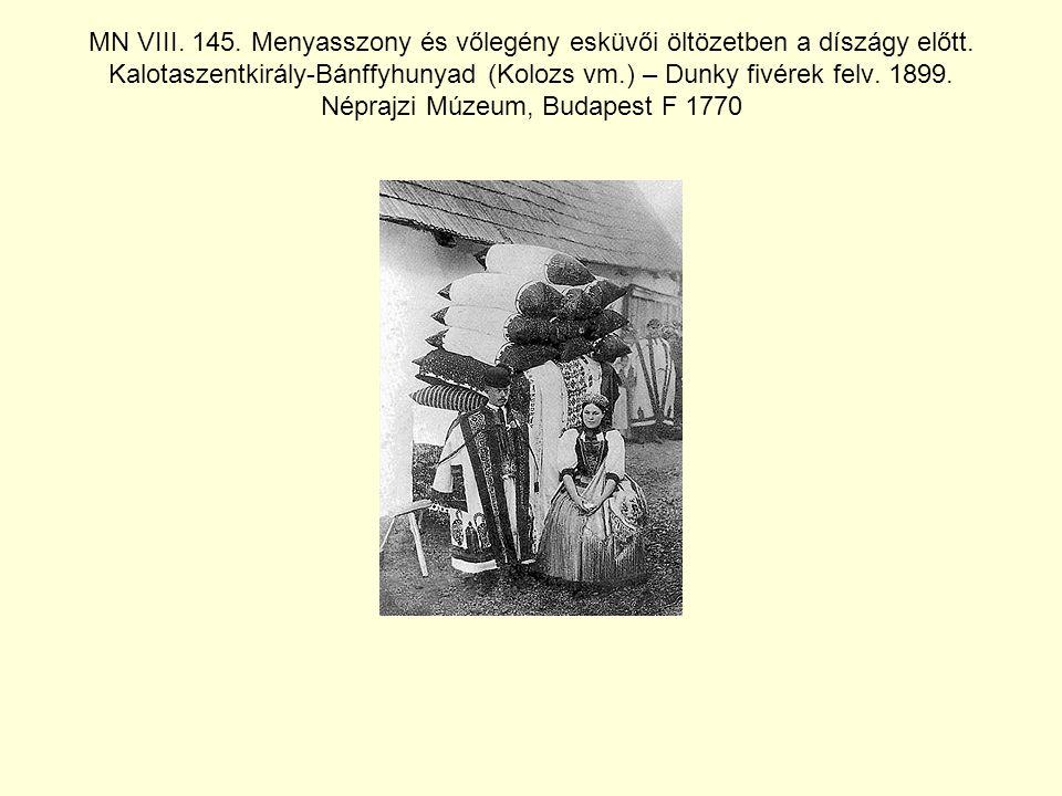 MN VIII.145. Menyasszony és vőlegény esküvői öltözetben a díszágy előtt.
