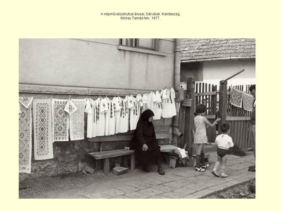 A népművészet utcai árusai, Sárvásár, Kalotaszeg. Mohay Tamás felv. 1977.