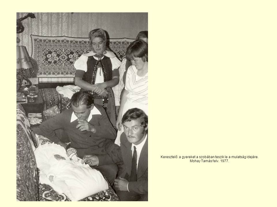 Keresztelő: a gyereket a szobában teszik le a mulatság idejére. Mohay Tamás felv. 1977.
