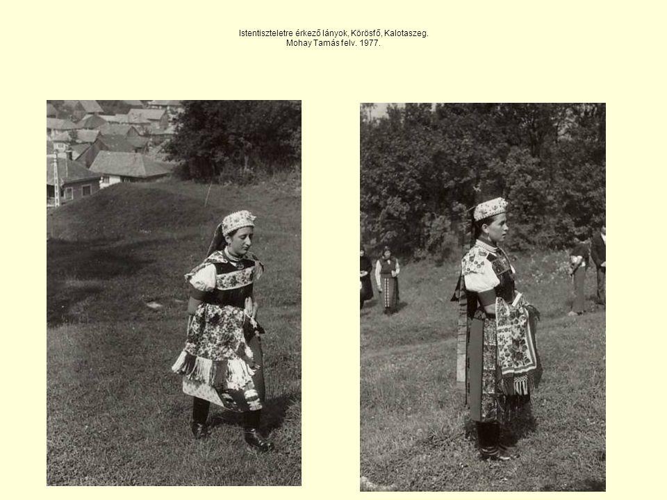 Istentiszteletre érkező lányok, Körösfő, Kalotaszeg. Mohay Tamás felv. 1977.