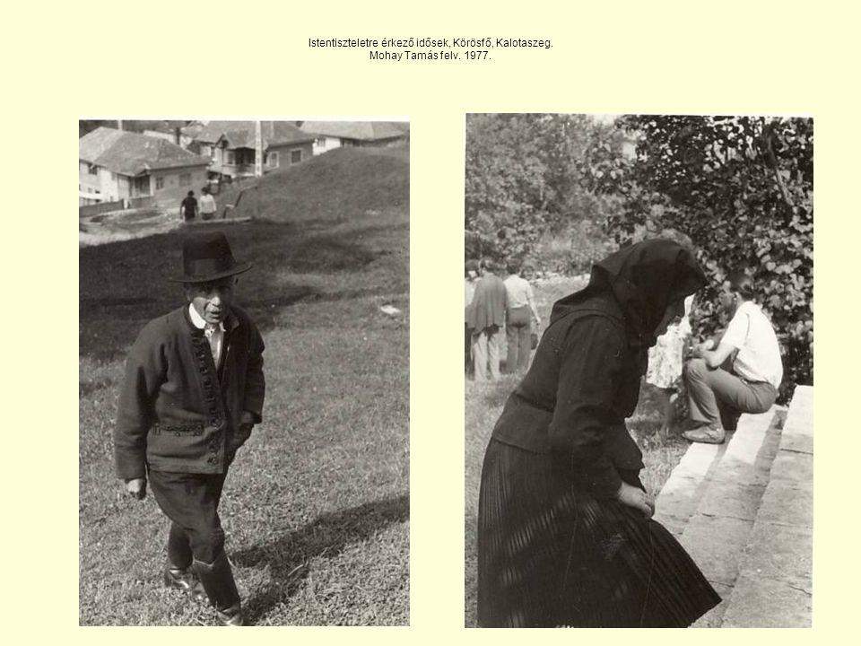 Istentiszteletre érkező idősek, Körösfő, Kalotaszeg. Mohay Tamás felv. 1977.