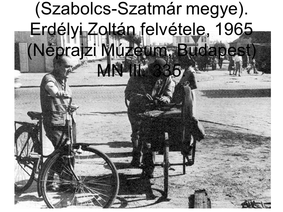 61. Vándor köszörűs a hetipiacon, Nyíregyháza (Szabolcs-Szatmár megye). Erdélyi Zoltán felvétele, 1965 (Néprajzi Múzeum, Budapest) MN III. 335.