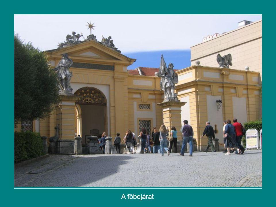 Egyenesen haladva a keleti homlokzat, a kastélyszerű kolostorépület eleje látható.