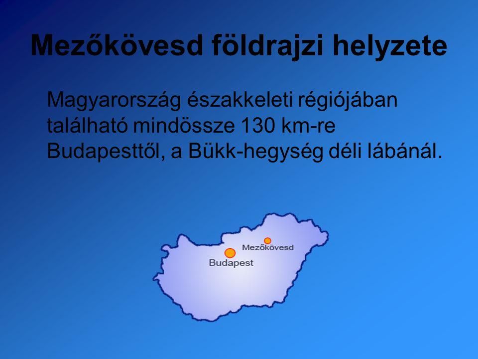 Mezőkövesd földrajzi helyzete Magyarország északkeleti régiójában található mindössze 130 km-re Budapesttől, a Bükk-hegység déli lábánál.