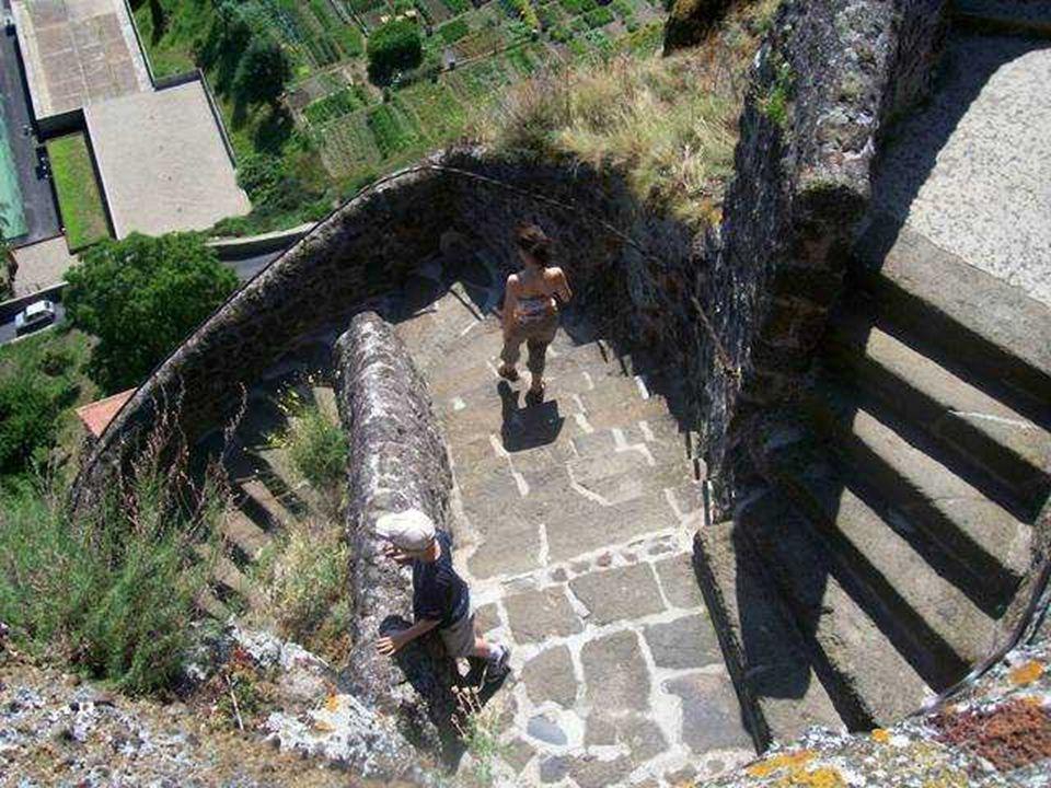 82 méter magasan helyezkedik el, amihez egy csaknem függöleges lépcsösor vezet.