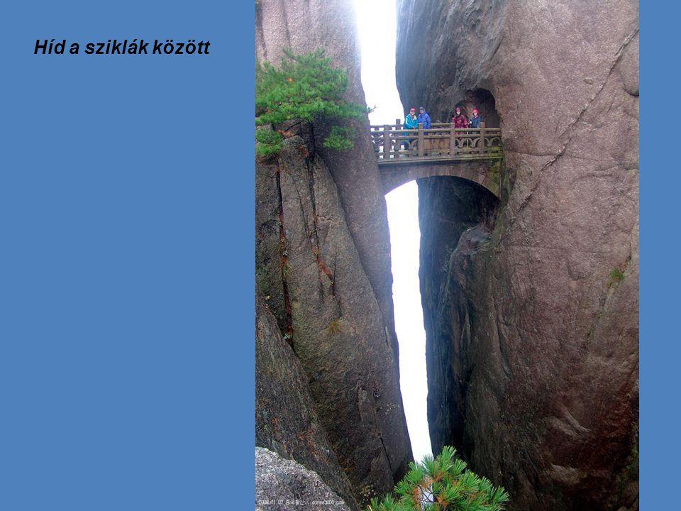 Híd a sziklák között