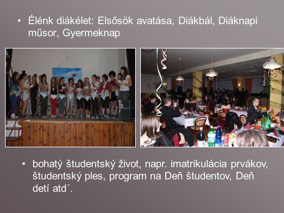 Élénk diákélet: Elsősök avatása, Diákbál, Diáknapi műsor, Gyermeknap bohatý študentský život, napr.